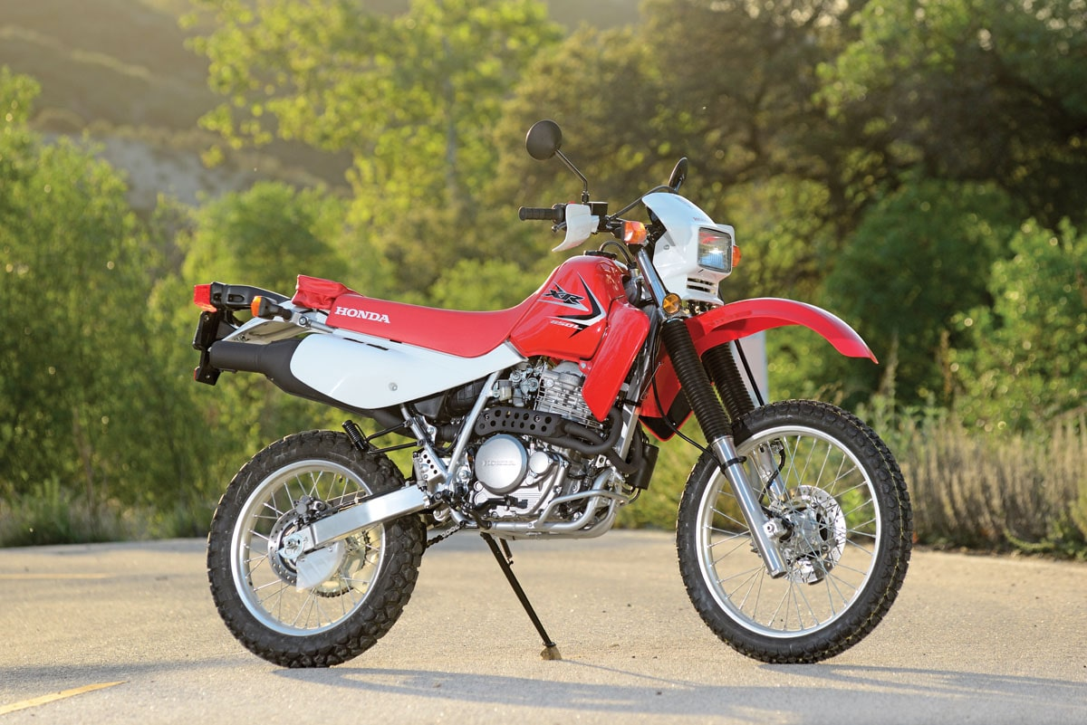 Honda XR 650L de color rojo